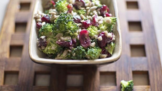 Brokoliu ir spanguoliu uzkanda su saulegrazu seklomis Arimex