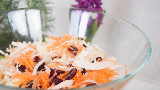 Kopūstų salotos su spanguolėmis